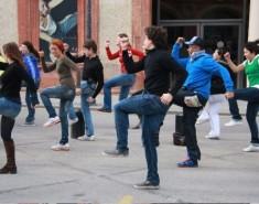 Танцевальный флешмоб продет в университетской роще