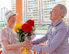 Томские домостроители поздравили семью-долгожителя изсамого инициативного мегарайона