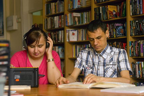 Дмитрий Коровин предпочитает книги говорящие. А Анастасия Комарова берет книжки с укрупненным шрифтом и читает их Дмитрию вслух. Дима любит фантастику, а Насте, обучающейся в вечерней школе, приходится читать классику и штудировать толстые учебники. Еще девушка читает журналы и выискивает в них новые рецепты – чайные посиделки в библиотеке не обходятся без ее выпечки. Несколько лет назад Дмитрий учился резьбе по дереву в Бийском центре реабилитации слепых. Именно в Бийске молодые люди и познакомились. Через год Анастасии придется определяться с профессией. Она мечтает стать воспитателем или библиотекарем