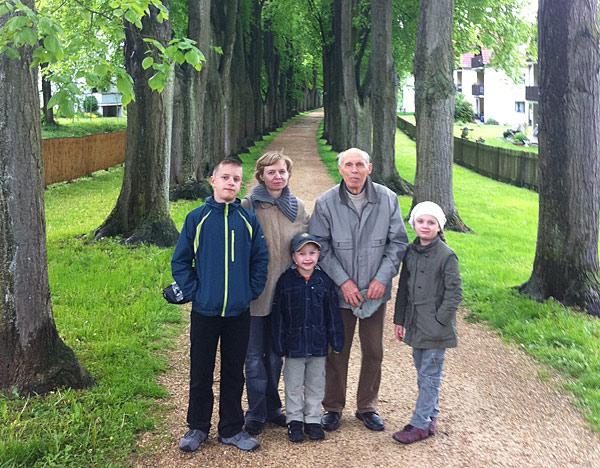 Когда семья отдыхала в Германии, детям показывали не только достопримечательности. Заходили в немецкие садики, проходили мимо школ, стадионов, смотрели, как у них все устроено