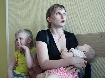Томичка Юлия Суворова привела на прием обоих своих детей. В своей поликлинике, говорит, к узким специалистам не пробьешься, а многих просто нет