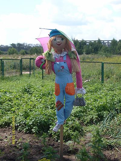 Центральное украшение огорода –  стильное пугало!
