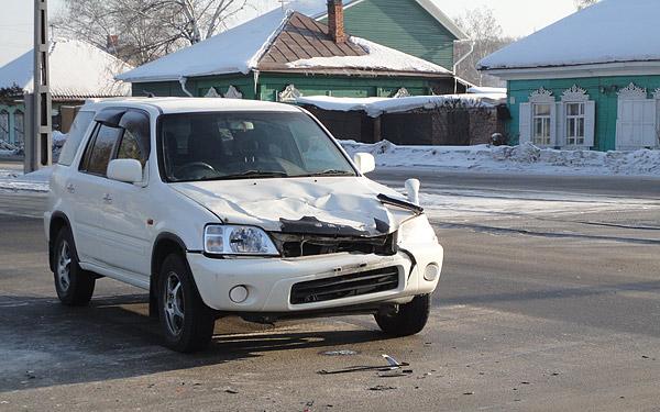В результате столкновения у пострадавшей Honda CRV оказалась смята вся «морда». Экспертиза показала 20 повреждений