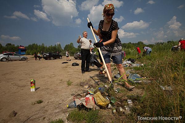 С берегов Кудровского озера вывезли 5 КамАЗов мусора. А чтобы отдыхающие не мусорили впредь, установили бункер.