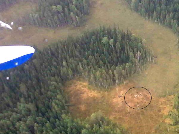 Так с высоты выглядела поляна, где пятые сутки ждали помощи заблудившиеся ягодники. Место слишком узкое для посадки. Однако пилот вертолета Ми-26 Александр Григорьев пошел на риск и блестяще справился со своей работой