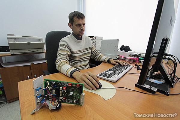 Конструктор Родион Махнев занимается внутренним наполнением и наружным оформлением приборов. На столе перед ним модуль, который заменит устаревшую аппаратуру, управляющую сиренами и громкоговорителями в Томске
