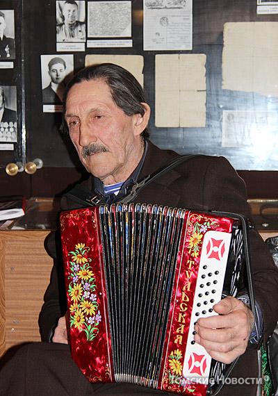 Виктор Иванович Гойник – коренной житель Новорождественки. Его предки приехали сюда из Полтавы. На гармони играет с 9 лет, сейчас ему 67