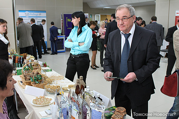 Главный эколог Томской области Александр Адам знакомится с продукцией компании «Сибирский чай», которая представляет на рынке знаменитый Иван-чай