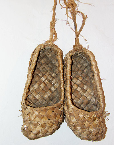 Этим лаптям более 100 лет. Их делали родители Ивана Ивановича Афанасьева. В Сибири умельцы плели лапти из коры ивы.