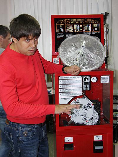 Аппарат для чеканки монет и жетонов собран и готов к отправке в Набережные Челны. В момент расплющивания монеты на нее давит вал с усилием 15 тонн. Эта технология также запатентована DI-Group