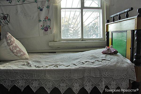 Этот экспонат музея  юные березовцы узнают с первого взгляда: «У нас дома такая же кровать! Только она покрашена!» Большие деревянные кровати делал в 1940-е годы мастер из  Лиллиенгофки. Работал на совесть: больше полувека прошло, а его мебель по-прежнему служит жителям Березовки