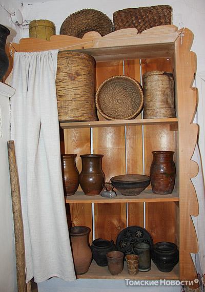 Рядом с печью в украинской избе находился самодельный деревянный шкаф, в котором размещалась посуда – глиняная, деревянная, берестяная, плетеная. Сохранились старинные крынки, глиняные горшочки, в которых парили репу, брюкву, готовили кашу