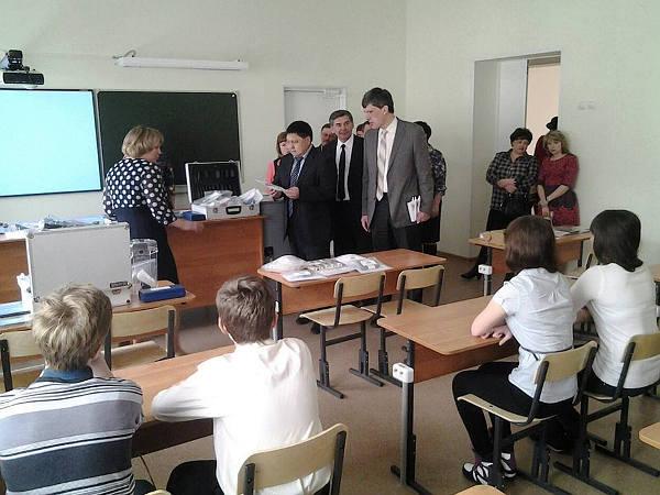 Чинигис Акатаев. Геннадий Яткин и начальник областного департамента образования Александр Щипков на уроке физики.