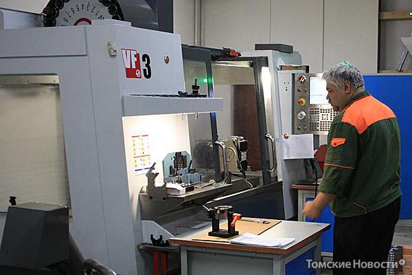 Обрабатывающий центр завершает обработку деталей для вендингового оборудования. Его стоимость 5 млн рублей