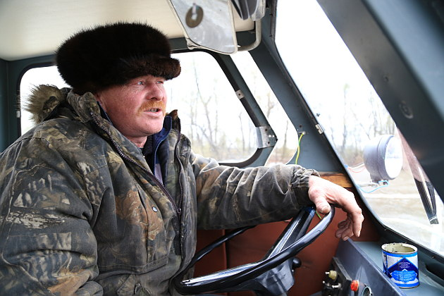 Андрей Шкуратенко, начальник сплавного участка в поселке Черный Яр, во время отправки плотов буквально живет на реке