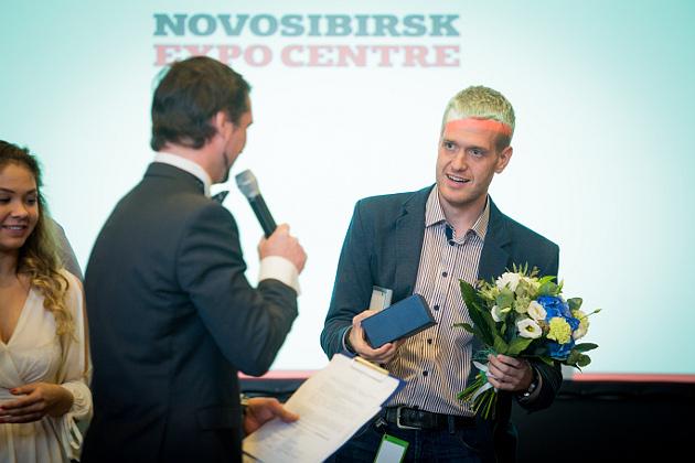 Коммерческий директор «Tele2 Томск» Александр Автомонов получает приз зрительских симпатий в номинации для крупного бизнеса (4007 просмотров)