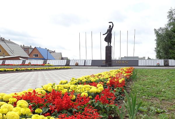 Площадь Победы в Асине кардинально преобразилась за последние годы: был обновлен мемориал погибшим на полях сражений, уложена новая плитка и ступени, а цветы на подступах высаживаются каждый год