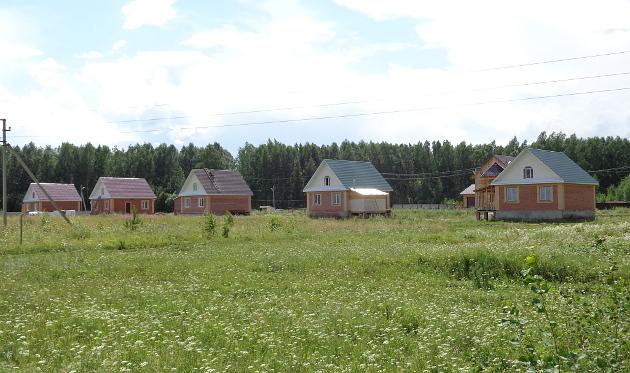 Целый комплекс индивидуальных жилых домов благодаря ООО «Асиножилстрой» появился на выезде из Асина в районе деревни Феоктистовки