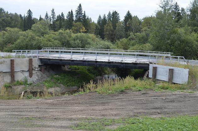 Старый мост, прослуживший 40 лет, у водителей вызывает теперь лишь улыбку благодарности