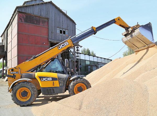 Основной урожай зерна комбайнеры убрали в хорошую погоду. Урожайность пшеницы составила 20 центнеров с гектара