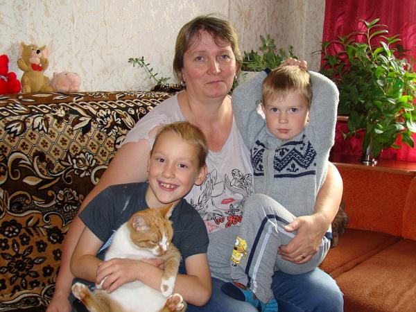 Сиваковы временно поселились у родни в с. Комсомольск, которое находится в 5 км от Балагачева. На снимке: Вера Васильевна, младшие сыновья, Вася и Вова, с котом Рыжиком