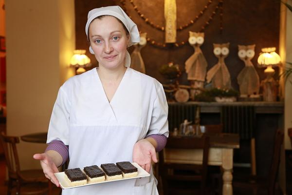 Шеф-кондитер «Клаус-кафе» Валентина Козлова демонстрирует одно из своих творений — творожно-маковые пирожные. Эти сладости очень любят завсегдатаи кафе и быстро раскупают. Каждый день Ирина готовит не менее 50 штук.