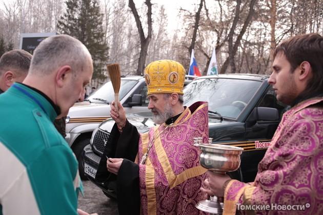 Участников автопробега «Патриоты России» благославил священник. Машины окропились святой водой.