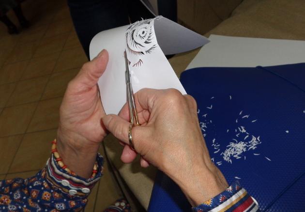 Почерк Надежды Вяловой хорошо узнаваем, его не спутаешь ни с каким другим. Наверное, только она вырезает картины из бумаги без каких-либо предварительных эскизов
