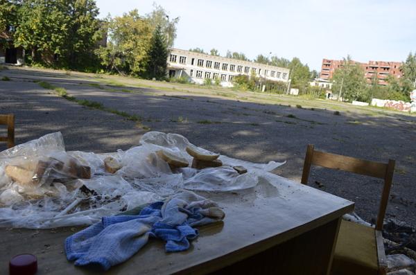 На плацу заброшенного военного городка бомжи раскинули «скатерть-самобранку»