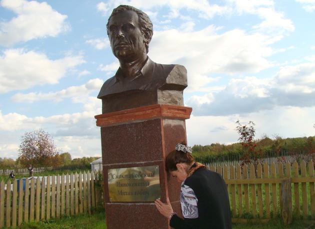 Увидев памятник, который установили татьяновцы своему легендарному земляку, Мария Смоктуновская не смогла сдержать слез