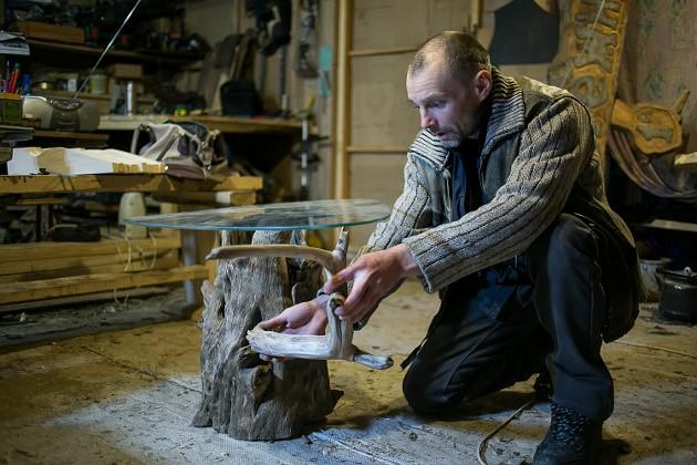 Это часть корня. Из него мастера сделают журнальный столик с подсветкой и стеклянной столешницей. Одна ножка к нему есть, а вот вторую надо искать на реке. «Она обязательно должна где-нибудь всплыть», – шутит Андрей Вяткин