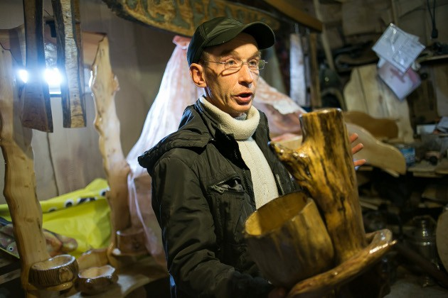Цветочные горшки бывают не только из пластика и керамики. Умельцы из Кожевникова делают их из дерева. Влага такому горшку не страшна