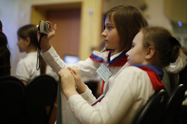 Юного журналиста опознать легко: на мероприятии вместо селфи он делает репортажный снимок