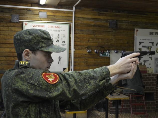 Наушники стрелкам не нужны, процесс стрельбы имитирует специальный тренажер. Целится от этого ничуть не легче…