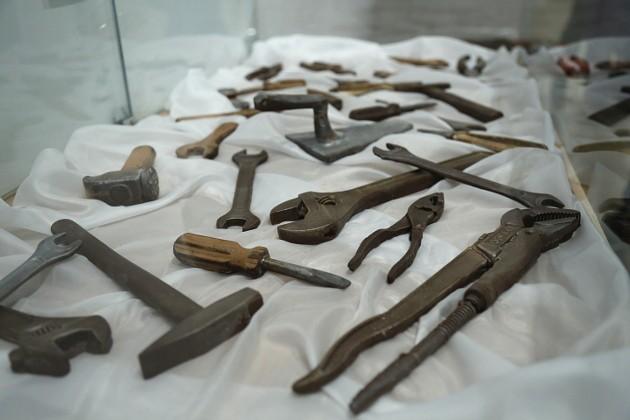 Сразу не поверишь, что и набор инструментов выполнен из всеми любимого лакомства. Для своего творчества Николай Попов использует российский шоколад.