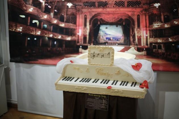 Этот роскошный рояль из белого шоколада весит 40 кг. Свое изысканное мастерство Николай совершенствовал в Академии шоколада во Франции