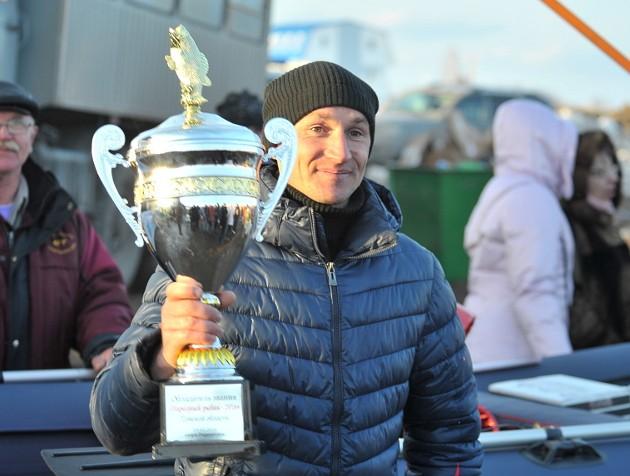Валентин Брагин из Кожевниковского района стал победителем фестиваля в группе «Мужчины 18–60 лет» с общим весом улова 1 950 граммов. Это основная категория состязания, поэтому он и получил звание «Народный рыбак» и главный приз – лодку ПВХ с мотором