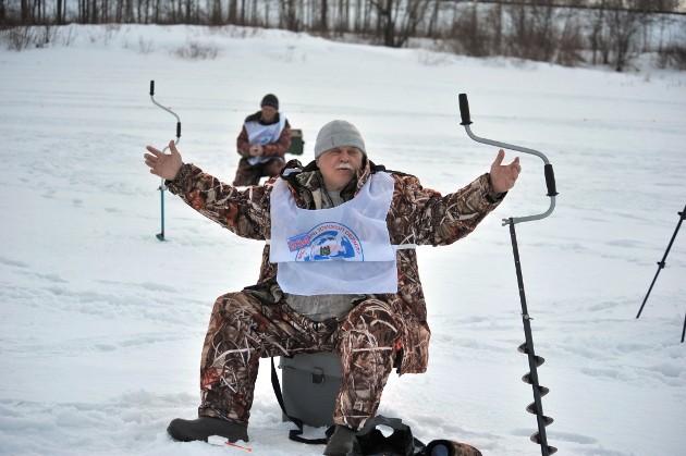 Томич Дмитрий Орлов, пенсионер, 69 лет: «Мотора хватает уже только на две лунки, но во-о-о-от такую рыбу поймал!»