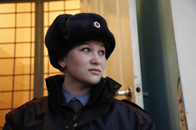 И генералу не грех отдать честь такому старшему сержанту, как Светлана Комратова. Они с братом (он работает в уголовном розыске этого же райотдела) решили стать основателями фамильной династии полицейских. Родители не против