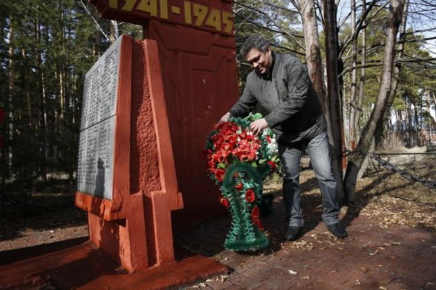 В Тимирязевском мемориальный комплекс находится на некотором удалении от жилых домов. И хотя в сосновом бору местами еще лежит снег, место смотрится довольно ухоженным: наш водитель Игорь всего лишь поднял упавшую от ветра корзинку
