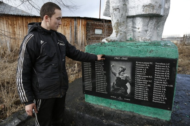 Уроженец Черной Речки Равиль охотно рассказывает о шефстве над памятником