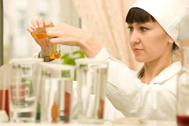 Опытные сотрудники лаборатории гарантируют – выходящая с комбината продукция полностью соответствует заявленному качеству
