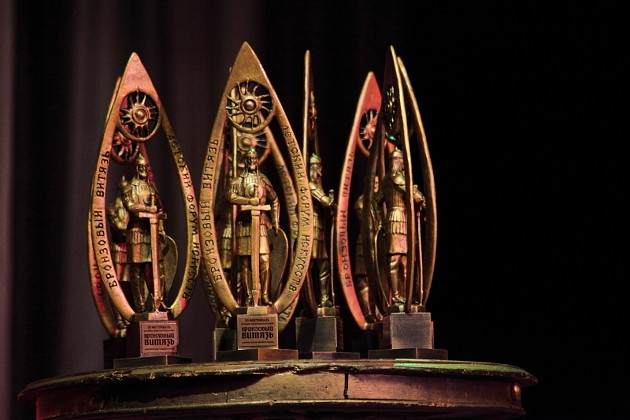 Авторы лучших работ в категориях «Документальные и игровые фильмы» и «Анимационные фильмы» получили заветные статуэтки. Эта награда весомая в прямом смысле слова. Витязи, изготовленные по специальному заказу на одной из алтайских фабрик, весят по 4 кг, высота наградной статуэтки 45 см. В этом году члены жюри фестиваля вручили лучшим участникам восемь «Витязей». Шесть из них остались в Томской области, по одному уехали в Москву и Красноярск. Статуэтки томского фестиваля – почти полная копия наград «Золотого витязя». С той лишь разницей, что на награде для победителей взрослого киноконкурса изображен лик Христа, а детскую венчает солнышко