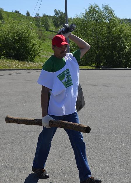 Труба далеко не самый экстравагантный представитель мусора Лагерного сада. В топе – металлический трос, ржавая бочка и резиновые покрышки