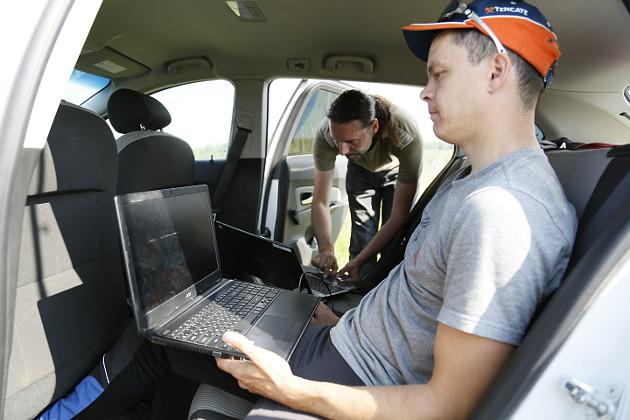 Полет беспилотников операторы Александр Шевкунов (на переднем плане) и Александр Савиных (на заднем плане) контролируют дистанционно, с помощью ноутбуков. В любой момент они могут взять управление на себя