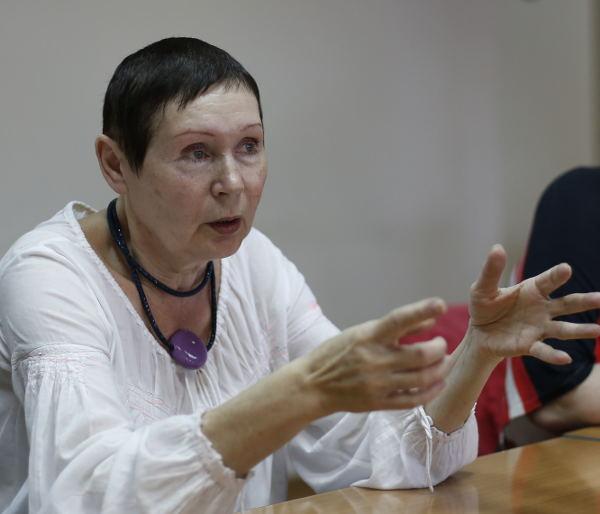"""""""Аркадий Ратнер однажды спросил меня: «Люда, что вы делаете после концерта?» Я ему честно ответила: «Идем домой». «Что, просто идете домой?» – несказанно удивился он. «Нет, не просто. А очень быстро!» Людмила Смирнова"""