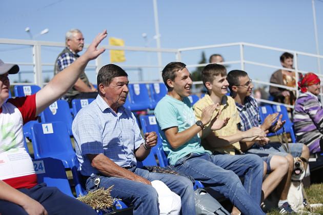 Строгий руководитель Николай Неганов (слева) во время игр на один день превратился в болельщика. Эмоциональная разрядка очень нужна во время такой ответственной поры, как уборка зерновых