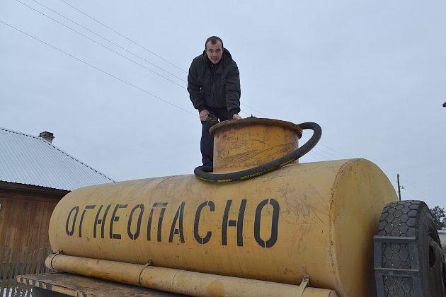 Предприниматель Александр Якимов занимается поставками ГСМ. На время распутицы он заготовил 25 тыс. литров бензина марки Аи-92. В бензовоз входит 4,5 тыс. литров топлива. В межсезонье оно расходится за неделю