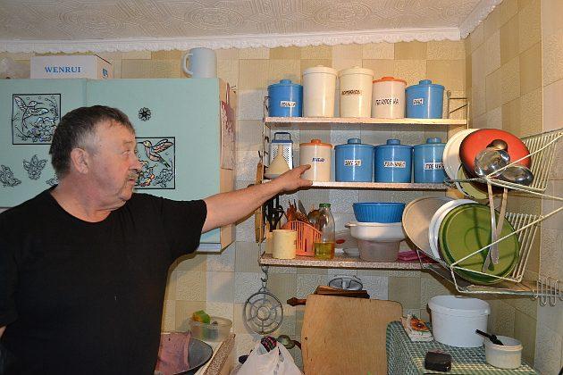 Мешками крупу и сахар Владимир Знаковский с женой давно не покупают. В местных магазинах все продукты можно приобрести круглый год, даже в межсезонье, когда паром через Обь не ходит