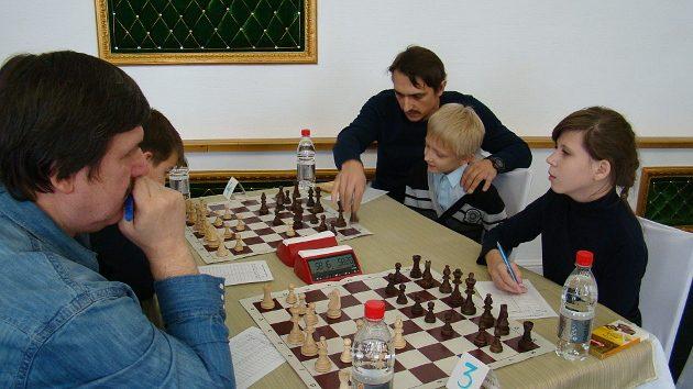 Десятилетний Демид Шаронов (на фотографии мальчик вместе со своим папой) лучше всех играл на первых открытых городских соревнованиях по шахматам и по праву стал первым